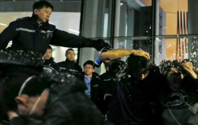 Група протестувальників в Гонконзі увірвалася в урядову будівлю