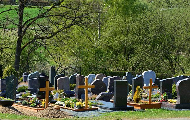 У Дніпрі заборонять приносити на цвинтар квіти та встановлювати огорожі
