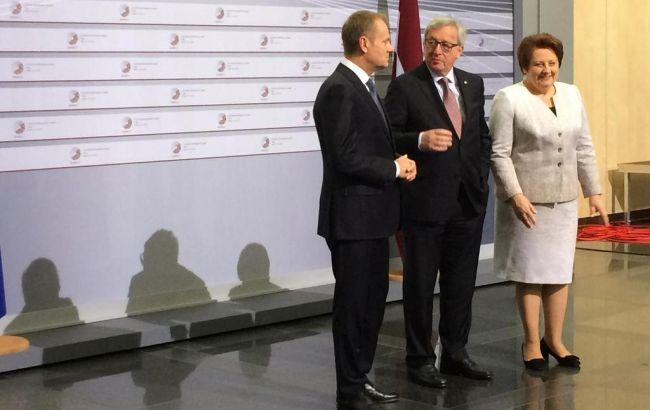 Фото: Дональд Туск, Жан-Клод Юнкер и Лаймдота Страуюма встречают гостей саммита