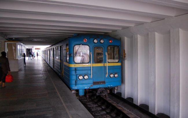 Внаглую поднимают девкам юбки в метро онлайн, секс знакомства в г красноярске