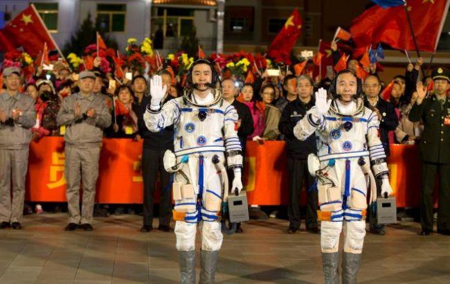 """Фото: китайские космонавты готовятся к полету на """"Тяньгун-2"""""""