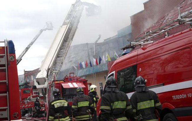 Фото: спасатели на месте пожара в Москве