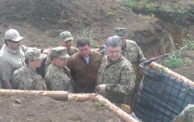 Порошенко осматривает фортификации под Мариуполем