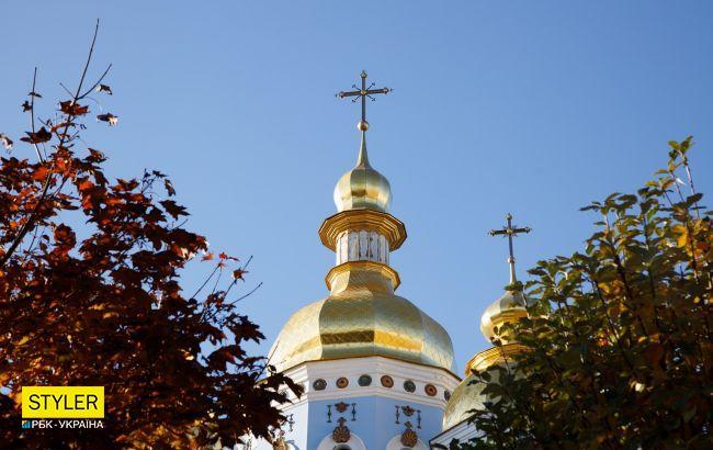 В центре Киева девушки зашли в церковь и начали задувать свечи, курить и пить алкоголь