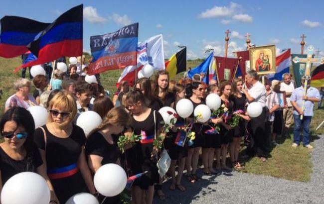 На месте крушения Boeing 777 в Грабово устроили митинг с флагами ДНР