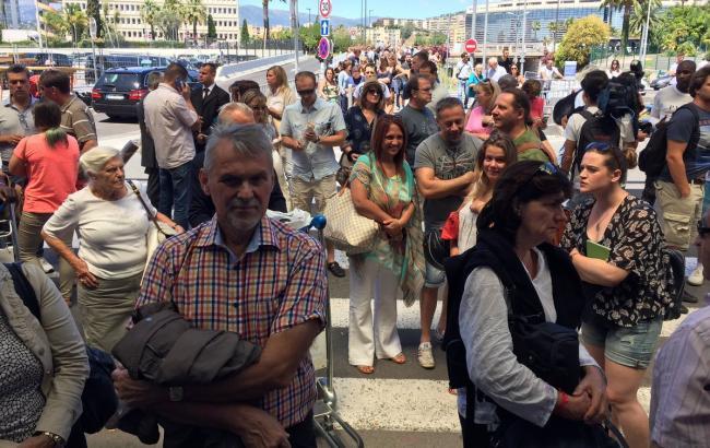 Фото: пассажиров эвакуировали из аэропорта Ниццы