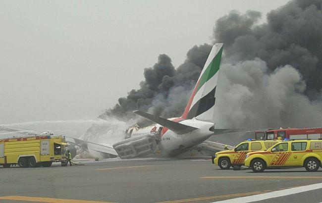 Фото: при тушении самолета в аэропорту Дубая погиб пожарный