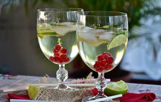 Идеальный аперитив: три рецепта коктейлей на основе шампанского