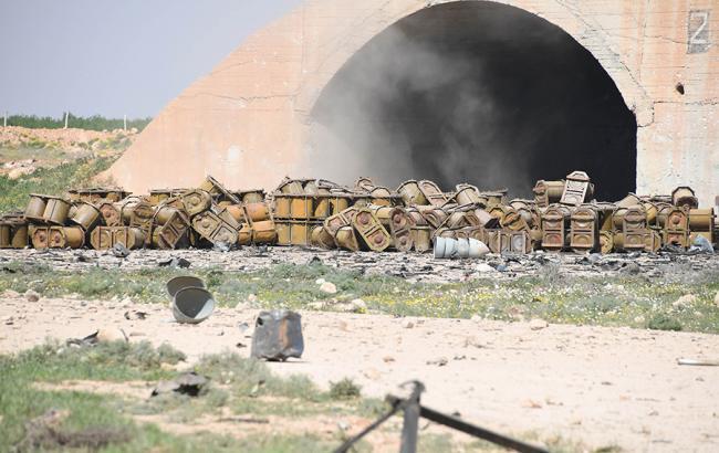 Фото: на фото сирийской авиабазы нашли характерные для химоружия контейнеры