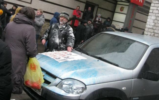 Фото: участников акции памяти Немцова в Воронеже забросали мукой и облили зеленкой
