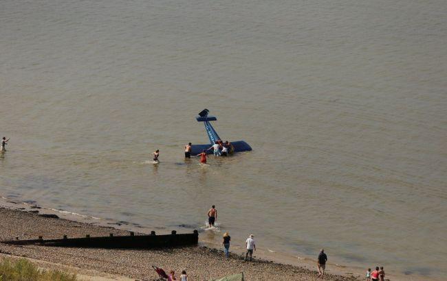 Фото: літак вдалося витягнути на сушу