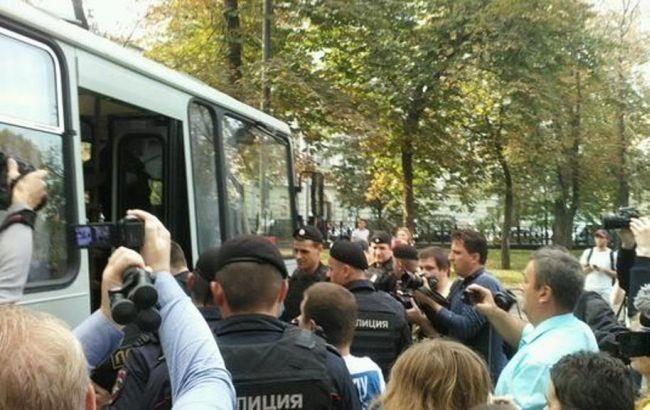 Фото: полиция задерживает участников акции