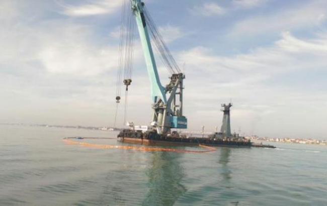 Фото: операція з підняття затонулого катера