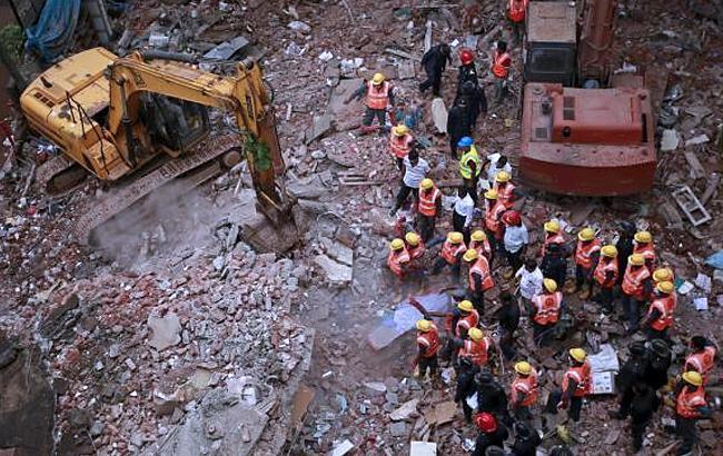 Фото: обвалення житлового будинку в Індії (twitter.com)