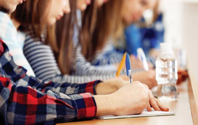 Фото Школярі пишуть іспит (wewriters.us)