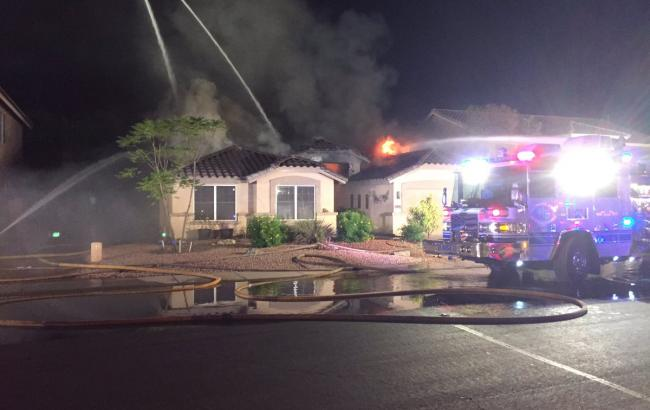 Фото: літак впав на житловий будинок