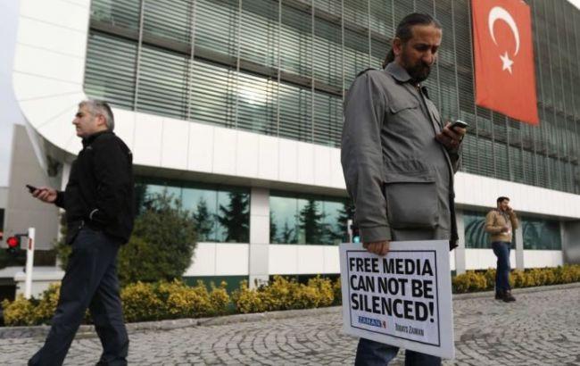 Фото: після спроби військового перевороту в Туреччині закривають ЗМІ і затримують журналістів