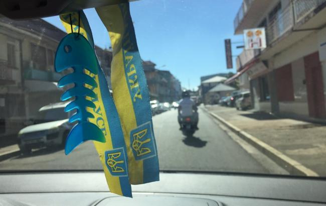Фото: Украинская ленточка в машине (twitter.com)