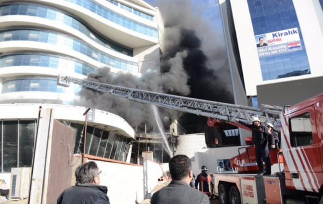 Фото: пожежа в готелі в Стамбулі