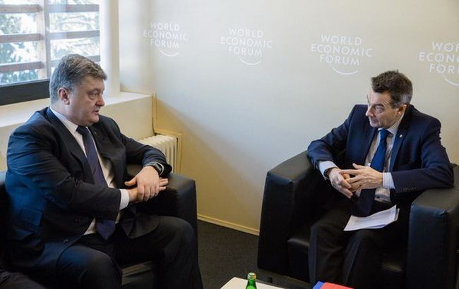 Фото: Петро Порошенко і президент Червоного Хреста Петер Маурер