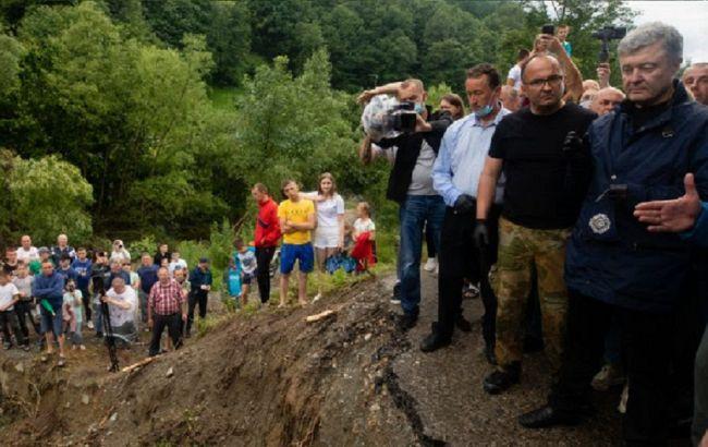 Порошенко призвал власть перебросить строительную технику на Прикарпатье