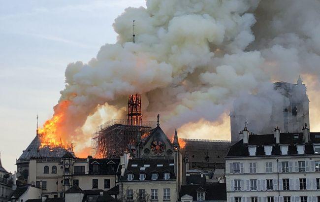 Шпиль Нотр-Дам де Парі обвалився через пожежу