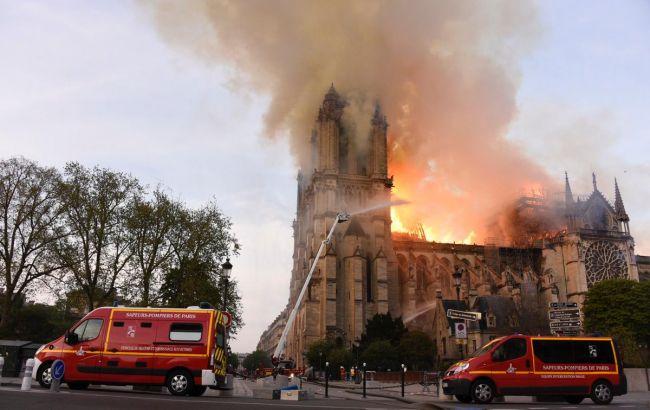 Пожежа в Нотр-Дам де Парі охопила одну з двох веж