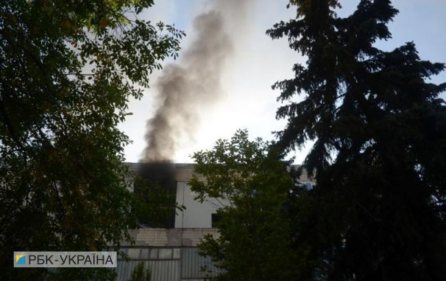 У Києві горить завод, в якому знаходиться приміщення нового телеканалу Мураєва