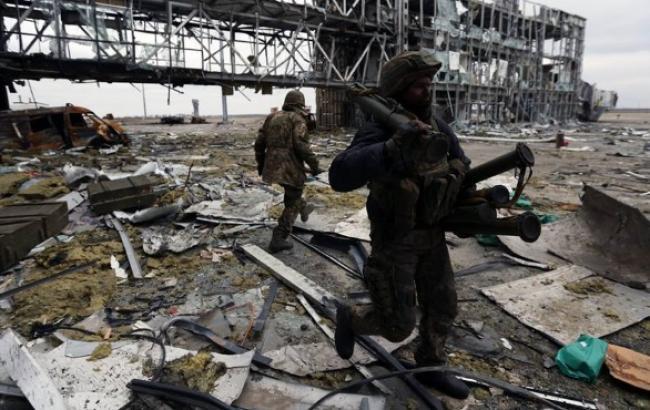 Бойовики протягом дня обстрілювали донецький аеропорт з важкого озброєння, - штаб АТО