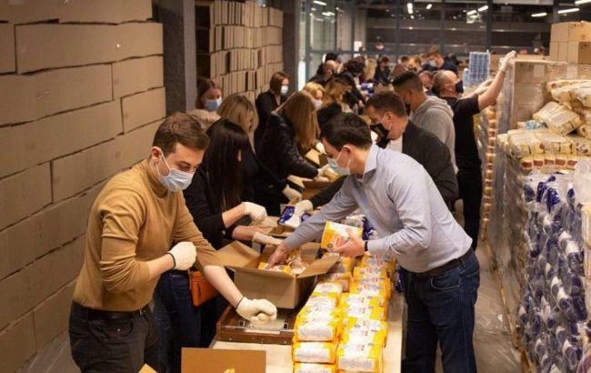 У Порошенка зібрали 5 тисяч великодніх продуктових наборів тим, хто потребує підтримки