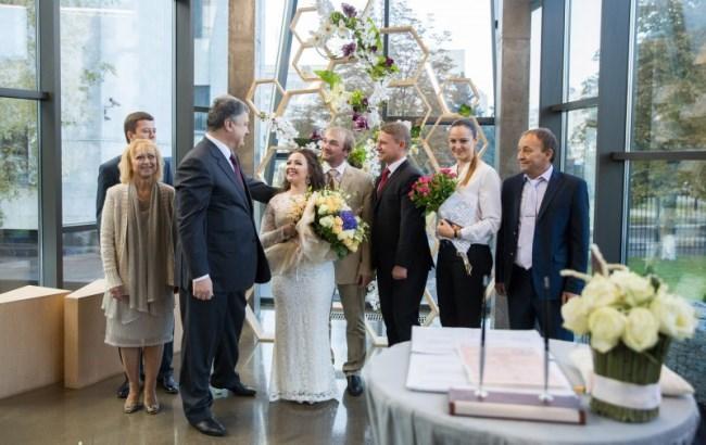 Фото: Порошенко на весіллі (president.gov.ua)