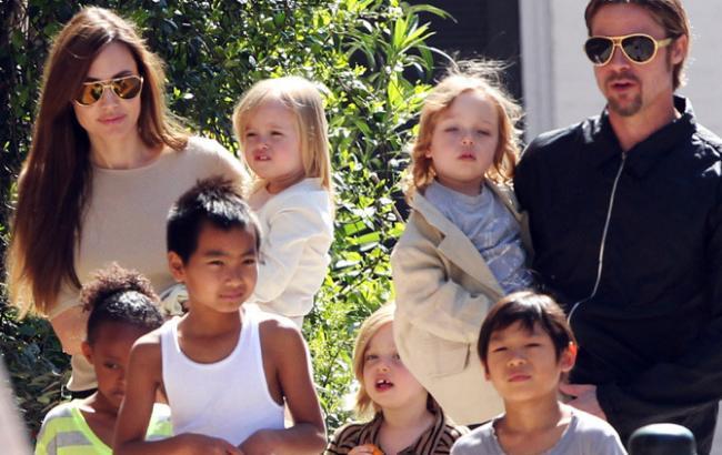 Фото: Анджелина Джоли и Брэд Питт с детьми (tatler.ru)