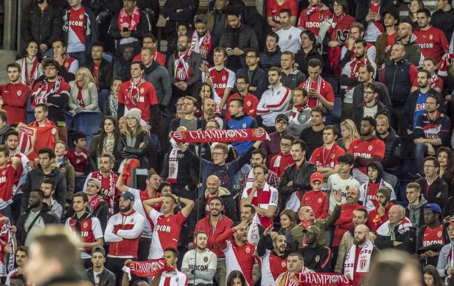 """Фото: вболівальники """"Монако"""" в матчі проти ПСЖ (twitter.com/AS_Monaco)"""