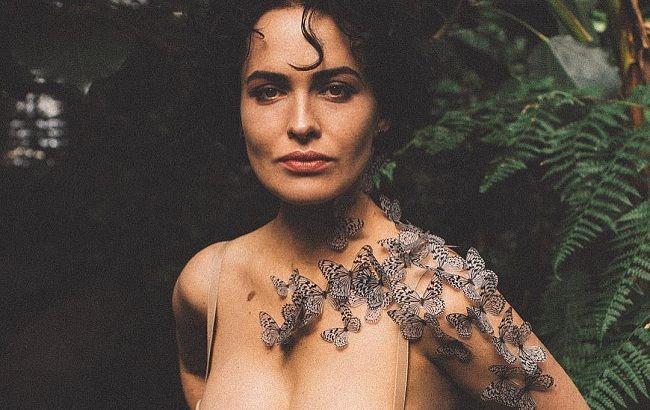 В нижнем белье и перьях: Даша Астафьева восхитила роскошной фигурой на пикантных фото