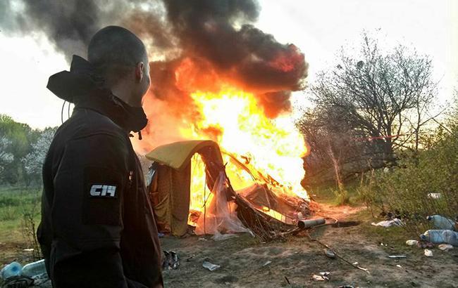 В Києві націоналісти спалили табір ромів