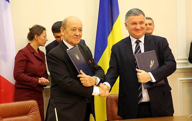 Фото: Арсен Аваков и Жан-Ив Ле Дриан (mvs.gov.ua)