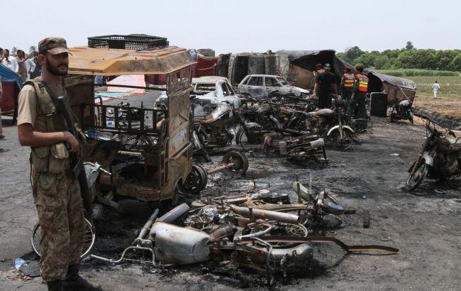 Фото: загоряння бензовозу в Пакистані (AP)