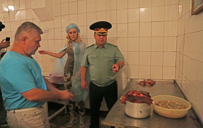 Фото: Степан Полторак перевіряє харчоблок військової частини