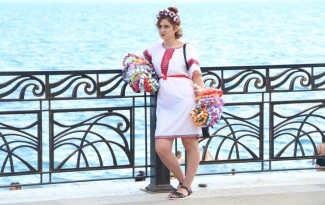 В оккупированном Крыму девушка в вышиванке продает веночки