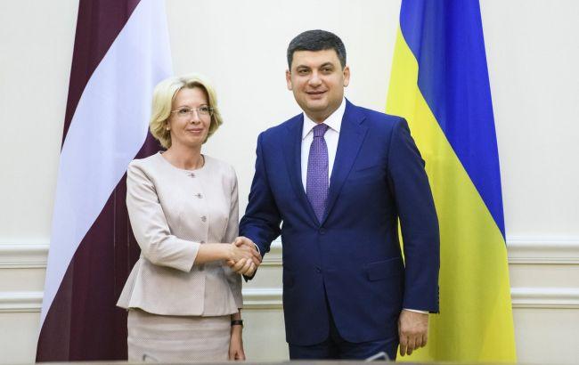 Фото: Інара Мурнієце і Володимир Гройсман (twitter.com/VGroysman)