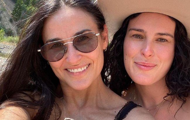 Всі в маму: Демі Мур зворушила мережу красою дорослих дочок на новому сімейному фото
