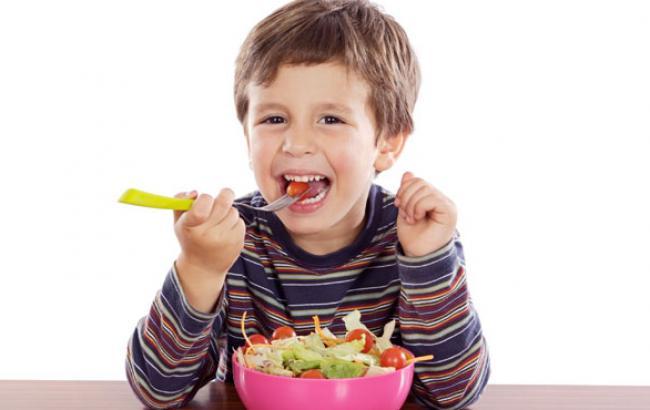 Фото: Дієтологи радять привчати дітей до салатів зі свіжих овочів (youtube.com)