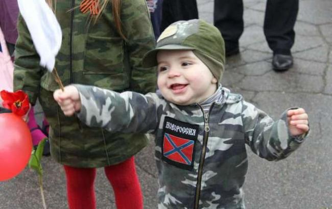 Фото: Дети и боевики на Донбассе (politolog.net)