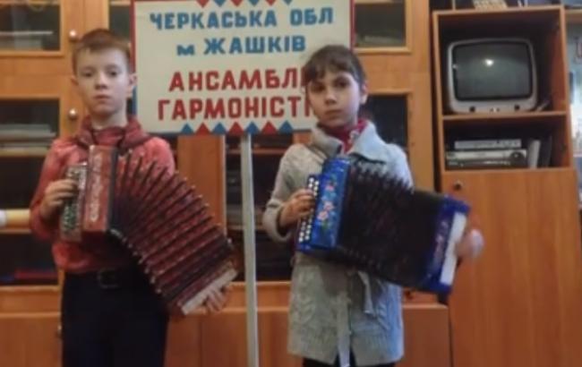 Діти зіграли відомий хіт (Скріншот з відео)