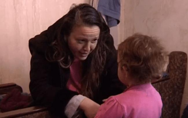 Фото: Девочку передали волонтерам (atn.ua)