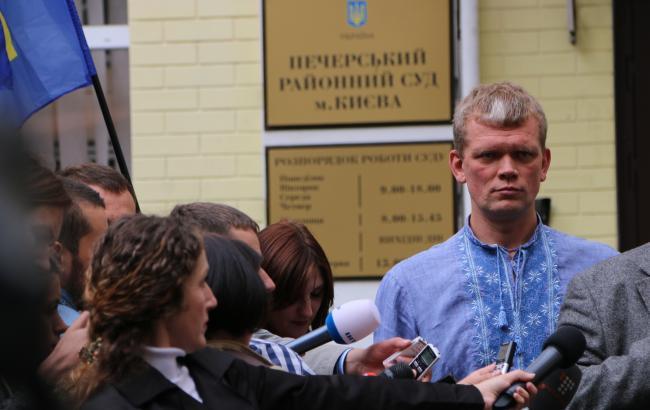 Фото: Ігор Швайка біля будівлі суду