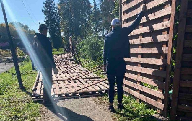 У Львові 2-метровий паркан у парку впав на жінку, яка гуляла з дитиною: деталі НП
