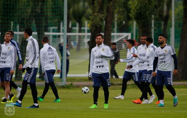Фото: Мессі в оточенні гравців збірної Аргентини (twitter.com/Argentina)