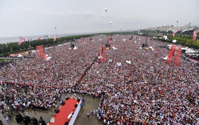 У Стамбулі мільйони людей вийшли на мітинг на підтримку опонента Ердогана