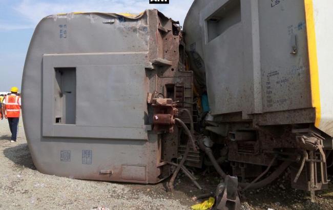 Неменее 70 человек пострадали вовремя схода поезда срельсов вИндии